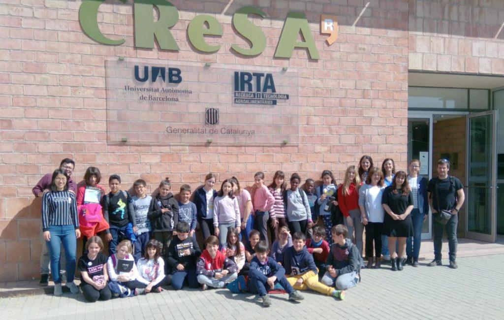 Foto de grup a la porta de l'IRTA-CReSA.