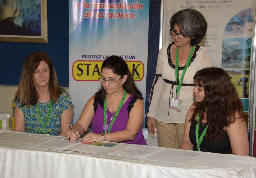 Rosa Rosell y Llilianne Ganges en la firma del acuerdo de colaboración.
