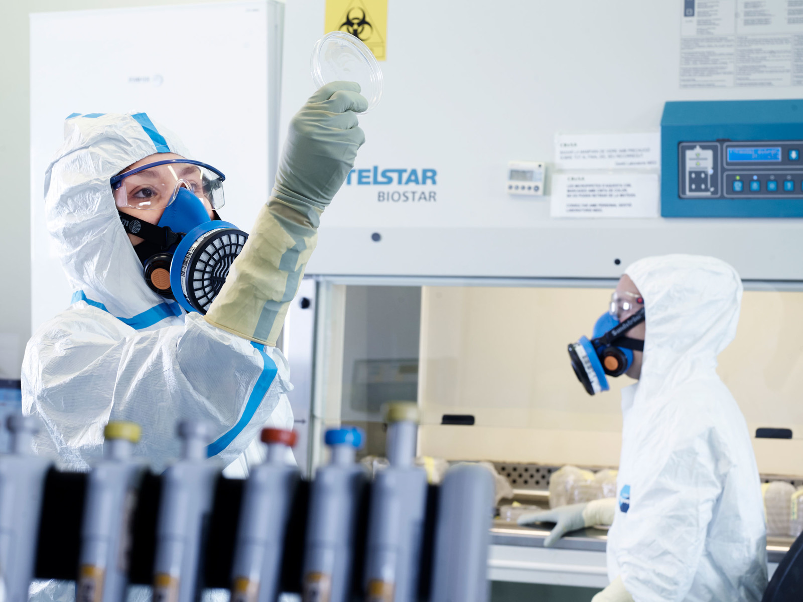 El personal tècnic rep una formació específica per treballar a la Unitat de Biocontenció.