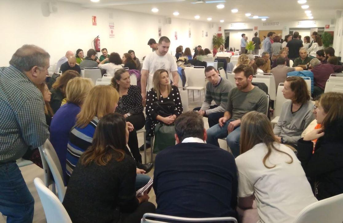 Durant la trobada les famílies van poder fer preguntes als científics.